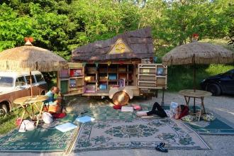 Déco de la cabane de lecture roulante de l'asso Mômes et Merveilles